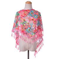 треугольник кружевных кружев оптовых-Новая мода кружева шарф женщины Sheer цветочные девушки шарф полые треугольник дамы вышитые кисточкой Шаль