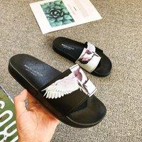 tres alas al por mayor-Diseñador de verano Word Trend Zapatillas para hombre Alas Almohadas antideslizantes en relieve tridimensionales de baño Sandalias y sli de playa resistentes al desgaste