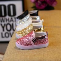 zapatos de bebé brillantes al por mayor-Zapatos de bebé Zapatillas de deporte para niños 2019 Nuevos toboganes para niños Zapatos de lentejuelas coreanas LED Luces brillantes para niños Unisex Calzado casual Calzado