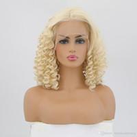 medias pelucas rizadas cortas al por mayor-Entradas Naturales Cortas Rizadas Rubias Color de cabello sintético Pelucas delanteras de encaje Fibras resistentes al calor Media peluca atada a mano para mujeres