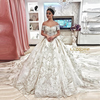 vestidos de noiva de cetim pequenos venda por atacado-Luxo Appliqued vestido de Baile Vestidos de Casamento Elegante Fora Do Ombro Mangas Curtas Frisado Chapel Train Vestido De Noiva De Casamento Plus Size
