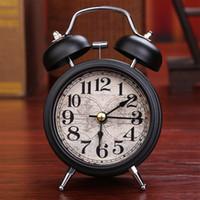 relógios de decoração em metal venda por atacado-Despertador Home Decor Ticking Retro Vintage Gêmeo Sino Mesa De Cabeceira De Metal Despertador 4 Cores Antigo Relógio Decoração Acessórios