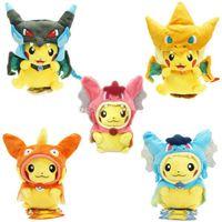 juguetes de cosplay gratis al por mayor-25 cm Cosplay muñecos de peluche juguetes niños Pikachu Charizard Slowpoke Magikarp muñecos de peluche juguete manto Pikachu Fhipping libre