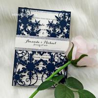 ingrosso caso di glitter blu-20 + colore inverno blu navy shimmy fiocco di neve laser cut inviti al matrimonio con argento glitter banda di pancia piegato invito a una festa di nozze