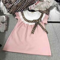 schürzen kleider großhandel-Sehr beliebt Mädchen Boutique Kleidung Rüschenhülse Schürze Kinder Mädchen Kleider mit Bogen Brief Druck Adrette Kinder Marke Kleid