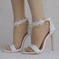 mujeres sandalias blancas pedreria al por mayor-Rhinestone de las mujeres de encaje de la hebilla de la boda nupcial sandalias de tacón alto flores blancas mujeres de verano zapatos de boda mujer 2019 venta caliente