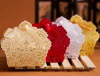 çiçek şeker lüks hediye kutusu toptan satış-100pcs Lazer Kesim Hollow Dantel Çiçek Beyaz / Altın / Kırmızı Şeker Kutusu Lüks Düğün Şekerlemeler Hediye Favor Kutular Yana