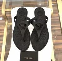 yeni model terlik toptan satış-Plaj ayakkabıları çift terlik yaz deri harfler düz sandalet parmak arası terlik yeni marka yumuşak alt plaj büyük logo erkekler ve bayan modelleri giymek 35