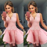 потрясающие платья длиной до колен оптовых-Потрясающие Розовые V-образным вырезом платья возвращения на родину 2020 года с длинным рукавом атласные кружева A-Line Мини до колена Короткое платье выпускного вечера Коктейль-вечеринка Club Wear