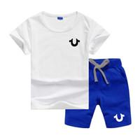 çocuklar koşu setleri toptan satış-U Logo Lüks Tasarımcı Erkek Bebek Kız Elbise Set Kısa Kollu Üst Pantolon 2 Adet Kıyafetler Çocuklar Bebes Giyim Çocuk Koşu Suits