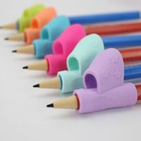 lapiceros al por mayor-Los niños pequeños agarran con los dedos los niños colorido lápiz titular de la pluma ayuda de escritura agarre Postura herramienta de corrección Nuevo