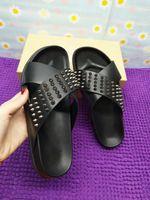 красная удобная обувь оптовых-(с коробкой) Дизайнерские тапочки с красной подошвой Мужчины Черная натуральная кожа с шипами Летние шлепанцы, роскошные сандалии унисекс Удобная пляжная обувь