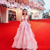 подкладка ковер оптовых-Платья для выпускного с оборками Светло-розовый Глубокий V-образный вырез Драпированные длинные вечерние платья для знаменитостей A Line Red Carpet Платья Партии Свадебные платья
