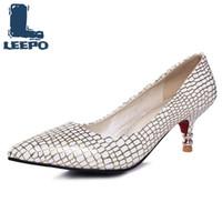große kätzchen fersen großhandel-LEEPO Frauen Kätzchen Fersen Schuhe Frau Mode Spitz Pumpt Weibliche Gold Retro Stilettos Damen Silber Partei Große Größe Schuhe