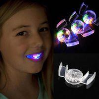 dientes de luz led al por mayor-Pieza LED parpadeante intermitente Boquilla flash Brace protector de boca del partido Festival de suministros Resplandor del diente divertido luz LED Juguetes RRA2197