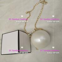 sac de perles blanc achat en gros de-Inspried CC fashion Sac à bandoulière en acrylique avec boîte-cadeau motif classique en forme de perle Sac à main en acrylique maquillage blanc ou noir Sac à main en perles