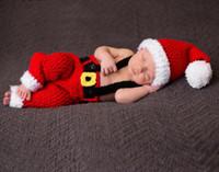 bonecos de crochet vermelho recém-nascidos venda por atacado-Adereços Fotografia de recém-nascidos Trajes de Natal Bebê Crochet Tarja Vermelha Chapéu Cap Calças de Inverno Conjunto para Acessórios de Sessão de Fotos