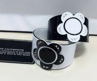 bracelet en acrylique achat en gros de-6.5 cm New European classique noir blanc mode acrylique fleur bracelet main ornements bracelet accessoires pour cadeau VIP 2pcs / lot
