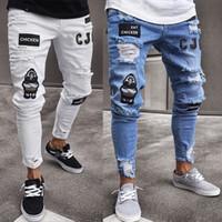 vaqueros drapeados al por mayor-Pantalones vaqueros Hiphop de Ripped Holes para ropa de hombre Diseñado con insignia Pantalón ajustado de Jean