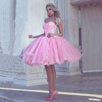sevgilim tül pembe kısa elbisesi toptan satış-Prenses Balo Kısa Parti Elbiseler Pembe Sevgiliye Ucuz Balo Elbise Dantel Aplikler Arapça Dubai Stil Katmanlı Tül Homecoming Elbise