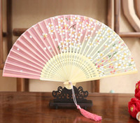 favores de cereza al por mayor-Ventiladores de mano plegable Favores de la boda Estilo antiguo chino Ventilador Impresión de bambú Flores de cerezo Regalos del partido de la boda Regalo de recuerdo