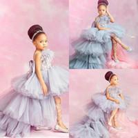 vestidos de niña de plumas al por mayor-2020 nuevos vestidos de niña de las flores con apliques de encaje alto y bajo para la boda Faldas escalonadas Vestido de desfile de niñas Vestidos de primera comunión de plumas