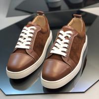 коричневые кожаные ботинки для мужчин оптовых-Лучшая мужская обувь Дизайнерские кроссовки Кроссовки с красной подошвой Коричневые замшевые туфли из натуральной кожи для маленьких шипов белые кристаллы Свадебные туфли 13 цветов