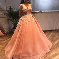 ingrosso vestito di pesca delle donne-Abiti da ballo Peach Quinceanera Prom Dresses 2019 Sweetheart 3D Fiori in rilievo Appliques Abito da sera Arabia Saudita Donne Formali Party Prom Gown