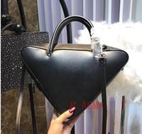 0cce2e72c440 Большой треугольник packag повседневная марка дизайнер мода роскошные  женские портативные сумки женские сумки на ремне размер: 33x9x24 см три  цвета горячей ...