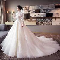 saydam elbiseler toptan satış-Yüksek Kaliteli Gelinlik Beyaz Saydam Uzun Kollu Yaka Qi Büyük Kuyruk Dantel Aplike Elbiseler Sheer Boyun Gelin törenlerinde