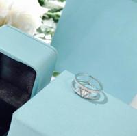 anillos de compromiso imitacion oro blanco al por mayor-Anillo de compromiso de boda para mujer Joyería de diseño Triángulo de plata esterlina 925 Anillo de oro blanco hueco