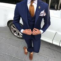 pantalón azul con diseño de abrigo para hombre. al por mayor-Últimos diseños de pantalón de abrigo Azul marino Trajes de hombre para boda Prom Hombre Blazers Novio Esmoquin Terno Masculino Traje Homme 3 piezas
