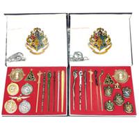 ingrosso scatole portachiavi-13 o 14 pezzi / set nuovo Harry Potter bacchetta magica e quattro scuole stregoneria stregoneria logo distintivo lega pendente della catena chiave con scatola l185
