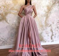 abendkleider seitliche schlitzfalte großhandel-Dusty Pink Pleats Satin Formale Abendkleider 2020 Elegant One Shoulder Lange Party Pageant Kleider Sexy Side Leg Slit Prom Kleid Brautjungfer