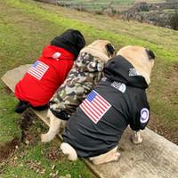 moda giyim markaları toptan satış-Pet Köpek Rüzgarlık Ceket Amerikan Bayrağı Baskı Köpek Yüz Ceket Sonbahar Kış Sup Kuzey Giyim Moda Marka Kazak Yelek Giysi C81202