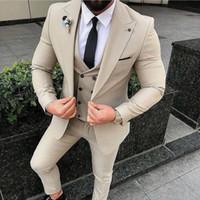 erkek gümüş smokin toptan satış-Tasarımlar Casual İş Bej Erkek Erkekler Damat Smokin (Pantolon + Jacket + Vest) için 3 adet Biçimsel Erkekler Suit Set Erkekler Wedding Suits Suits