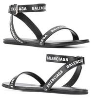 sandalias de marca para niñas al por mayor-Mujeres de marca de verano letras redondas sandalia plana moda chica correa del tobillo suela de goma plana sandalias casuales