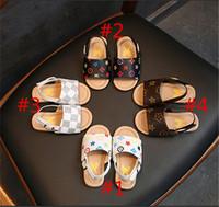 zapatos de flores para niños al por mayor-Zapatillas de diseñador para niños Cuero de PU Zapatos de niñas First Walker Sandalias de marca de verano de lujo Zapatos antideslizantes Sandalias de playa al aire libre florales B6251