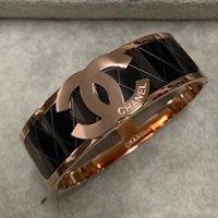 letter gold bracelet großhandel-Neuer Ankunfts-Großhandelspreis Edelstahl breiter schwarzer Buchstabe Armband europäischer Entwerfer 18K Gold überzog 3 Farben Armband für Frauenmädchen