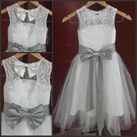 gümüş grisi gelinlik toptan satış-2019 yeni ucuz Vintage Uzun Dantel Çiçek Kız Elbise A Line Tül Küçük Kız Örgün Düğün Törenlerinde Gümüş Gri Kanat ve Yay