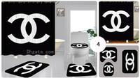 hochwertige bad duschvorhänge groihandel-Kundenspezifische schwarze Farbe Doppel-C-Buchstaben-Druck-Duschvorhang wasserdichte Vorhang Qualitäts-WC Sitzbezüge Set 3piece Badezimmer Accessorie