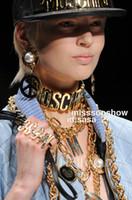 kadınlar için büyük markalı kolye toptan satış-Mos mektup moda marka kadınlar altın kolye Avrupa ve Amerikan büyük isim modeli podyum gösterisi parlak harfler deri abartılı kolye