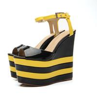 vente de sandales en robe en cuir achat en gros de-Été 2019 Vente Chaude 16 CM Pompes Compensées Talons Hauts En Cuir Verni Peeps Toe Sandales Un Bouton Boucle Sandales Robe De Soirée Chaussures