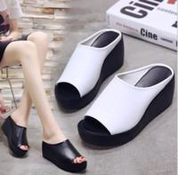 cuñas coreanas tacones sandalias al por mayor-Las mujeres con sandalias y zapatillas cómodas y de moda visten la versión coreana de la cuña de fondo grueso con boca de pez de tacón alto para exteriores