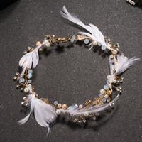 ingrosso ornamento della testa della piuma-Feather Gold Color Pearl Hairband Wedding Hair Jewelry Ornamento Lega Flower Beads Bridal Women Girl's Head Decoration