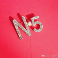 accesorios de corsage de oro al por mayor-Número 5 Broches de diseño Oro Plata Cristal Perla Ramillete Broche Hebilla de la bufanda Para Las Mujeres Traje Camisa Accesorios Joyería de baile