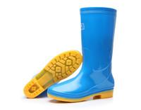 ropa de lluvia plástica al por mayor-Venta caliente-botas de lluvia de PVC antideslizantes botas de lluvia de trabajo antideslizantes inferiores impermeables de dos colores para mujer zapatos resbaladizos azules