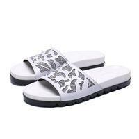 сандалии из белой кожи оптовых-Модные летние белые бриллиантовые тапочки с заклепками, модные кожаные босоножки на римской платформе