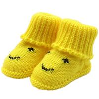 bebê recém-nascido sapatos de crochê venda por atacado-Sapatos de bebê Da Lona 2018 Recém-nascidos Menina Menino Macio de Tricô Rendas Sapatos De Crochê Fivela Artesanato Outono diário