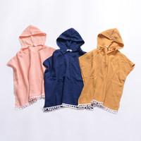 pelerin pano hooded toptan satış-Bebek Kız erkek Kapüşonlu pelerin Çocuklar Katı renk şal eşarp INS Çocuk püskül Ponpon panço Giyim 3 renkler C5822